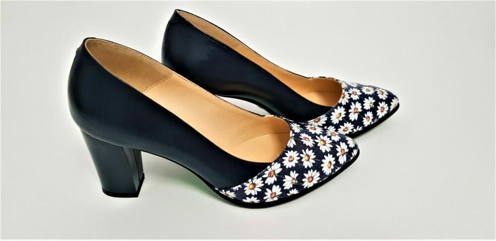 Pantofi bleumarin din piele naturala cu print cu margarete