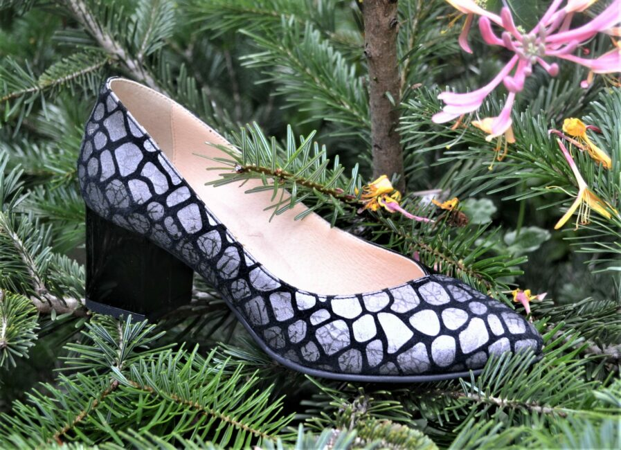 Pantofi negri din piele naturala cu imprimeu