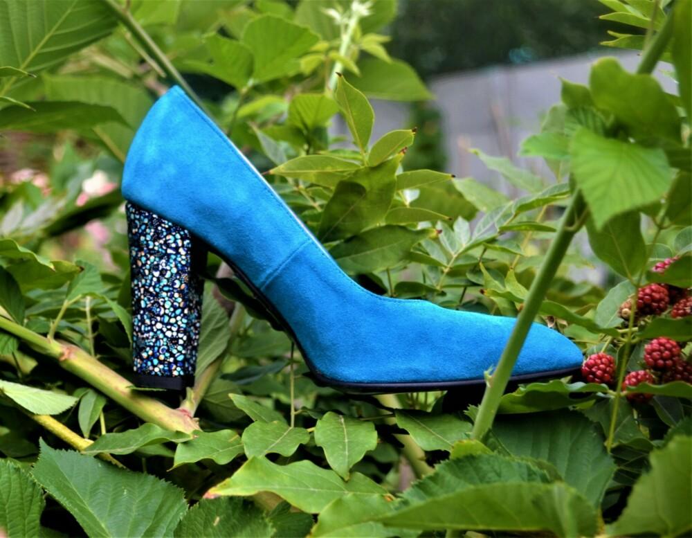 Pantofi albastri din piele naturala catifelata cu toc deosebit