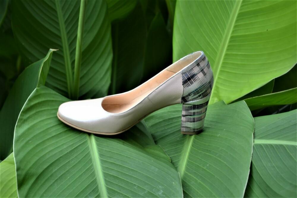 Pantofi bej din piele naturala cu imprimeu