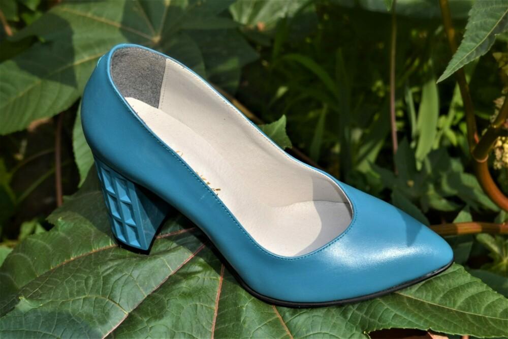 Pantofi albastri din piele naturala cu toc geometric