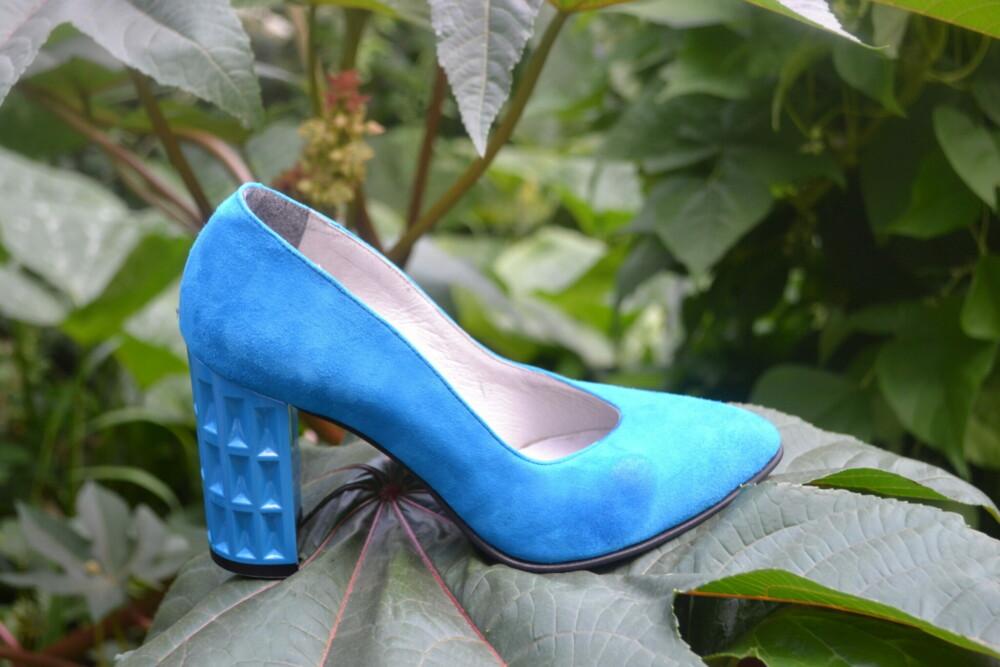 Pantofi albastri din piele naturala catifelata cu toc geometric