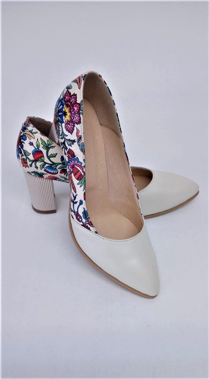 Pantofi bej din piele naturala cu imprimeu floral