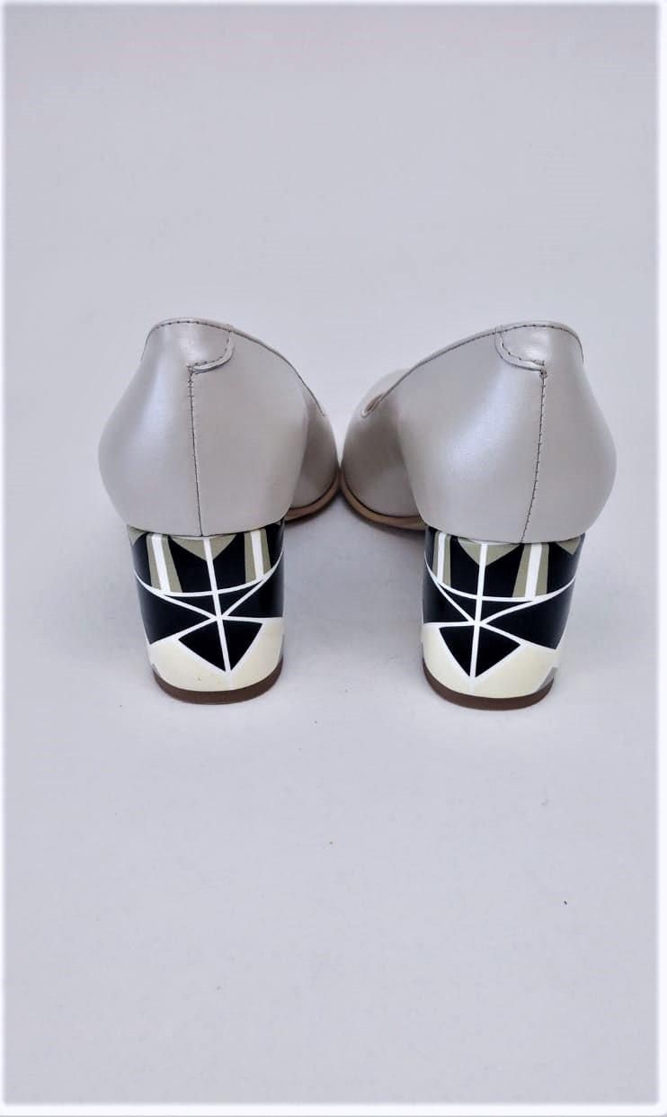 Pantofi bej din piele naturala cu toc deosebit